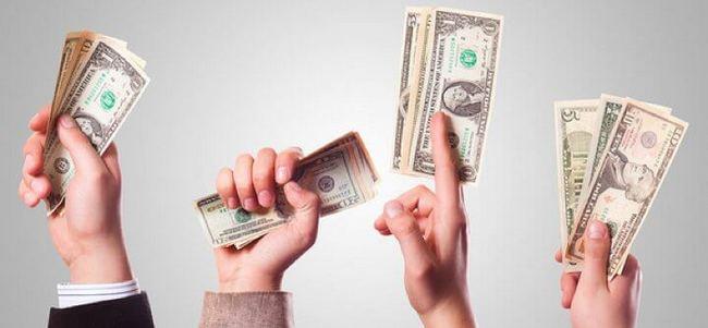 Четыре руки с долларами