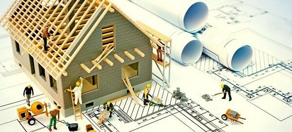 Строители на стройке жилья