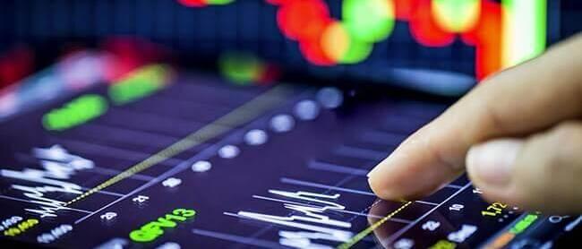 Инвестор анализирует график котировок