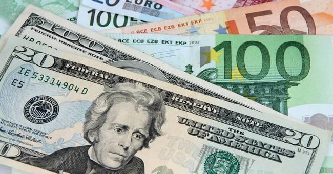 Купюры: доллары и евро