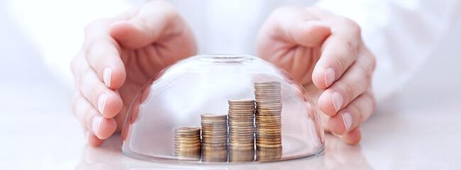 Стопки монет защищены прозрачным куполом