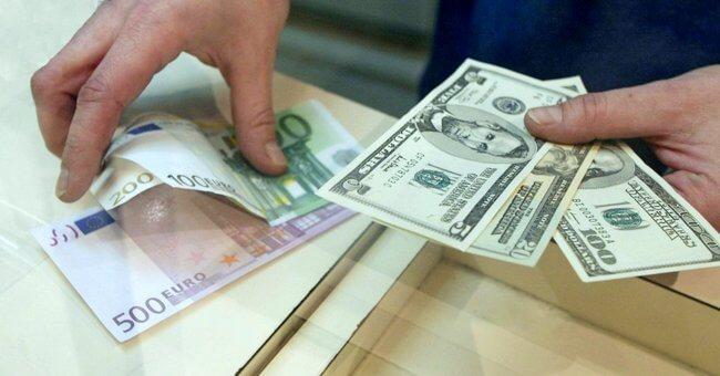 У человека в руках доллары и евро
