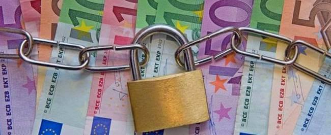 Цепь с замком на фоне купюр евро