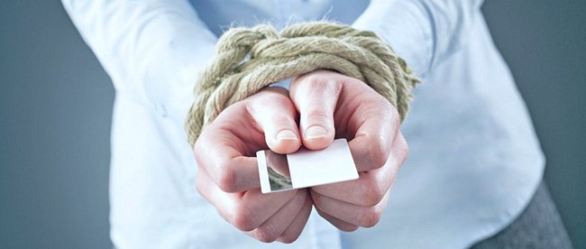 У мужчина в связанных руках кредитка