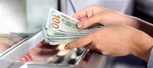 Передача денег кассиру в банке