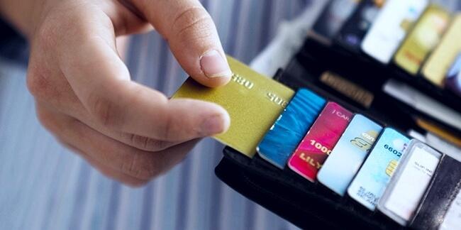 Много дебетовых карт в бумажнике