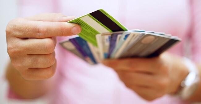 Много банковских карточек в руках