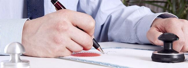 Мужчина подписывает документ