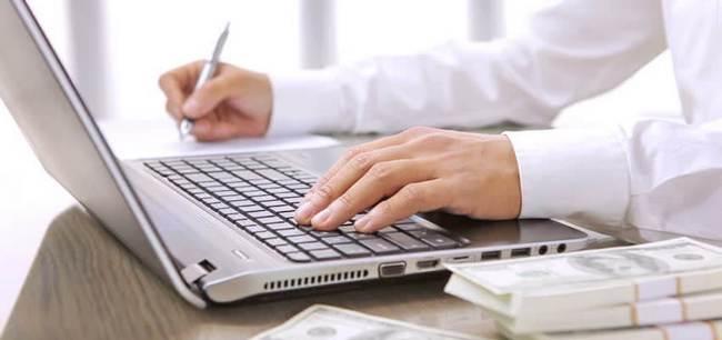 Работа финансиста с ноутбуком