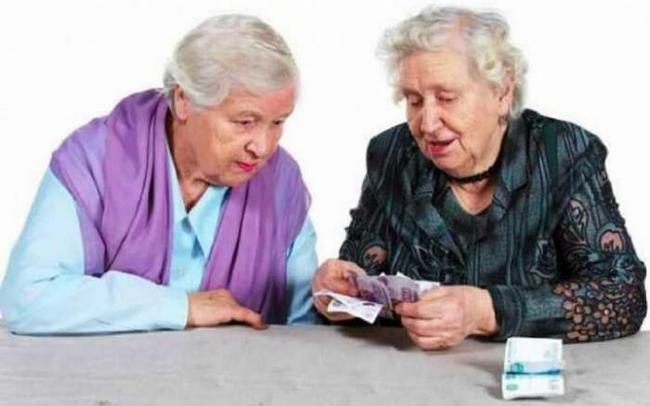 Две бабушки считают деньги