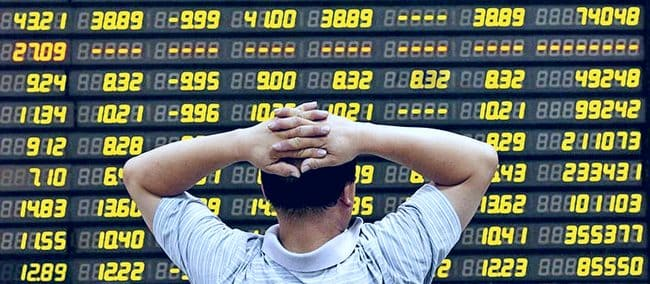 Инвестор перед экраном с котировками акций
