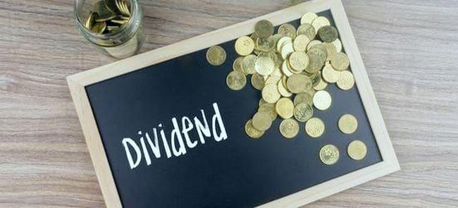 Надпись дивиденды и монеты