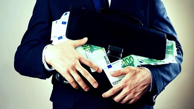 Инвестор убирает пачки Евро в портфель