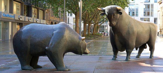 Нью-йоркская скульптура быка и медведя