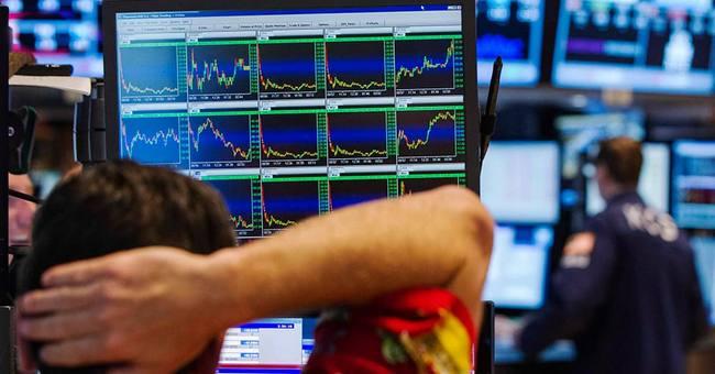 Трейдер изучает волатильность финансовых инструментов